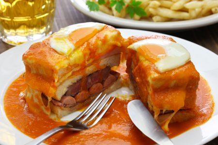 Spécialité portugaise ressemblant à un croque monsieur garnit de viandes et parsemé d'une sauce au vin