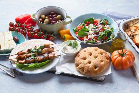 Photos d'un assemblage de plats typiques de la Grèce: Mezze, Salade grecque, brochettes et Tzatziki