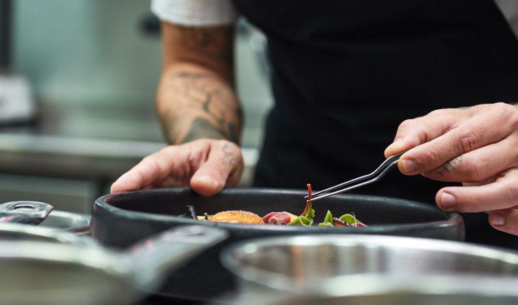 Chef cuisinier en plein dressage gastronomique